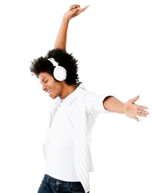 建議不要戴耳機邊聽歌邊運動,會導致聽力受損和疼痛。
