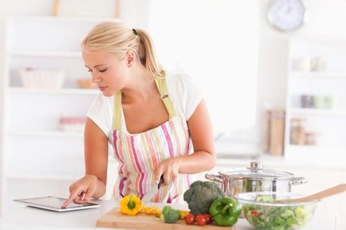 要多吃蔬菜、要吃的清淡,但並不是任何食物都要生吃,比如說:含有茄紅素的番茄、胡蘿蔔素的青花菜、維生素K的甘藍,都是烹飪後更容易讓身體吸收營養的食物。