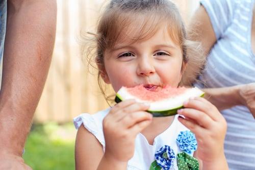 每一口食物建議咬20下左右,但如果還不習慣,可以選擇需要多咀嚼的食物,像是高纖蔬果,有助於減緩進食的速度,還能利用豐富的纖維質,促進腸胃蠕動、幫助消化。