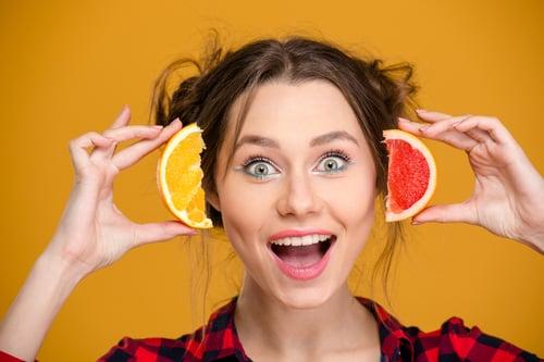 蓮霧與柳橙,是攝取維生素C的最佳來源,如果兩種水果一起吃,可稱之為美白瘦身的黃金組合!不僅能美白、抗老,蓮霧的利尿功效,兼具消水腫、排毒效果。