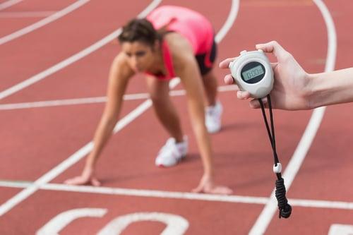 路跑新手建議從30到60分鐘開始,循序漸進地慢慢跑,或是依距離,例如這禮拜可以跑5K,下次就跑6K、6.5K、7K、8K…量力而為地慢慢往上加。然後可以從每個禮拜中,挑一天跑步日跑距短一點,讓身體恢復及適應。