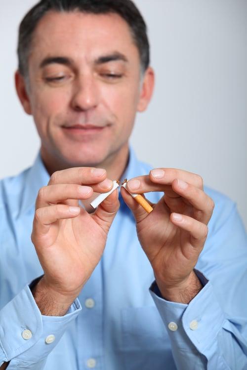 抽菸和酗酒都會損壞健康,增加罹患疾病的風險,並且加速老化!靠自己戒菸可能不容易,但是尋求專業協助,像是衛福部提供「二代戒菸服務」有專人追蹤、諮詢服務和藥費補助,會讓你往成功更進一步。