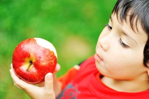 建議吃低GI食物的「原型」,比較不會改變升糖指數,例如:吃蔬菜比喝蔬果汁好,另外需要多咀嚼的食物類型,身體吸收的速度較慢,血糖也不容易上升,像是吃義大利麵比陽春麵條好。