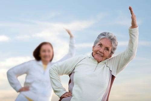 除了重訓可以降低患骨質疏鬆症和骨折的風險,搭配有氧運動,包含:健走、慢跑…等,也有助於增加骨骼強度。