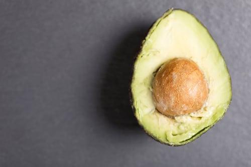 2.酪梨  酪梨熱量有74%來自脂肪,所以它屬於脂肪類喔!同樣含有單元不飽和脂肪酸omega-3,有助於降膽固醇、暢通血路,不過要注意,100公克的酪梨,熱量高達160大卡,建議一天不要超過半顆。