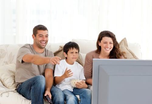研究顯示,電視看太久,除了容易腦袋不靈光,也非常容易變肥!特別是吃飽飯後,坐在客廳看電視、離不開沙發,不但沒有消耗熱量,還可能拿起桌上的零食狂嗑,增加更多熱量。