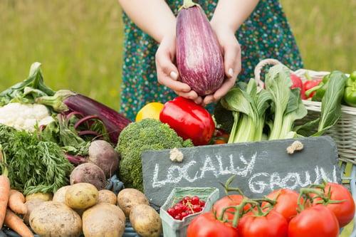 因為代謝變慢,便秘也是老化常見的問題之一,建議多喝水、補充高纖維的食物,例如:玉米、芋頭、芹菜、草莓…等,有助於刺激腸胃蠕動、幫助排便。
