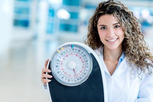 經過研究,康乃爾大學營養暨心理學教授雷比茨基表示:「站上體重計的頻率,應該跟刷牙一樣」,而這個「天天量體重」,關係到你減肥的成效!