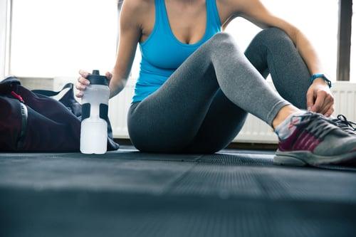 運動中隨時補充水分很重要!避免因為流太多汗而脫水,記得不要等到口渴才喝,這時候已經有輕微脫水的現象囉!