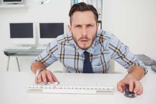 現代人最大的通病,就是「久坐不動」,長時間待在辦公室盯著螢幕、敲打鍵盤,總是不知不覺就坐很久,而這樣的惡性循環,便會讓駝背、烏龜頸的問題,越是嚴重。