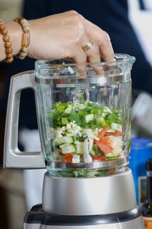 綠拿鐵的食材是不用『過濾渣渣』的,所以,機器轉數和馬力越高,打出來的蔬果昔就會越細,口感會比較好。