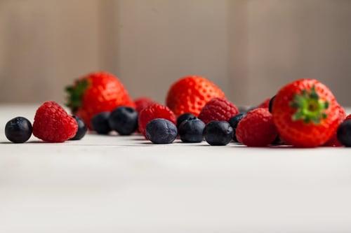 小小顆的藍莓,含有豐富的多酚類物質,不僅具有很強的抗氧化作用,還能幫助分解與抑制腹部脂肪,亦能控制體重