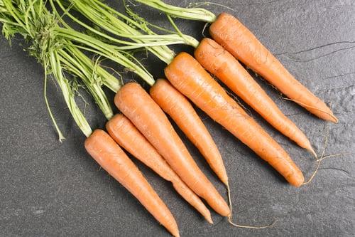 小編印象中便當店或是學校營養午餐,大部分的紅蘿蔔都很油,例如:紅蘿蔔炒蛋、紅蘿蔔炒時蔬…等,之前盛傳烹煮紅蘿蔔要用多一點油,營養才能完全釋放,但是這樣真的就能吃進健康嗎?現在就來解謎!