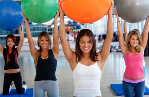 伸展有氧訓練可結合瑜伽球,讓身體有更多不同的延展