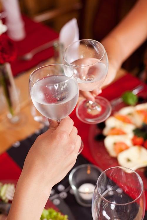 網路上曾經傳言「喝冰水促進代謝、幫助減重!」,但也有另一派說法是說,猛灌冰水容易使微血管破裂,甚至引起中風的風險!事實上,目前學理上的實驗還沒辦法完全證明喝冰水能減重這件事,如果想嘗試也盡量不要喝太多。