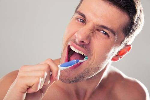 以為刷牙越用力越乾淨?事實上,這樣是在傷害牙齒,如果牙刷頭又用得太硬,反而會傷害牙齒上的琺瑯質,或是刮傷到牙齒邊邊的肉肉,容易造成流血。建議牙刷選擇較柔軟的刷頭,然後刷牙時力道不要太重,每一顆牙齒清潔2到3次,每個角度徹底清潔,比用力刷牙還要來的乾淨喔!