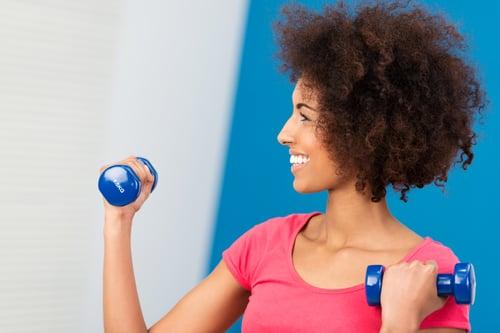 健身房的器材多樣,啞鈴、壺鈴、藥球…等,甚至還有團體課程,很多種運動類型可以選擇。如果是在家裡,也可以利用家用小道具,像是:毛巾、水壺,做運動。
