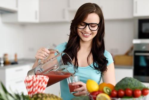 蔬菜水果含有豐富的膳食纖維,能幫助控制血膽固醇濃度、促進人體內膽固醇代謝,尤其富含水溶性膳食纖維的瓜果類、菇類,多攝取可以幫助代謝膽固醇,以及幫助腸胃道消化。