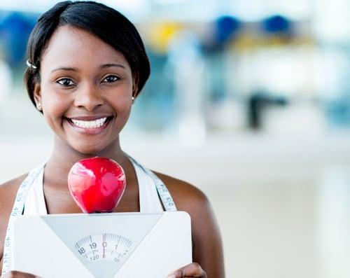 蘋果除了是高纖水果,蘋果外皮含有一個神奇的營養成分「熊果酸」,能增加肌肉脂肪,並促進新陳代謝、幫助燃脂,達到瘦身效果。而且連皮帶吃蘋果,能延長飽足感,有抑制食慾的效果,以防暴飲暴食。