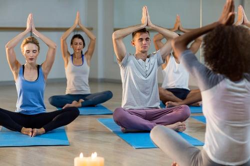 和在有空調的教室做瑜珈比起來,熱瑜珈因為房間溫度高,呼吸比較不容易,會讓你更專注於吸氣、吐氣,並且透過伸展和大量的流汗,更能幫助身心靈釋放壓力。