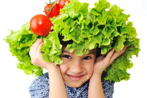 不只有維生素C可以防止靜電,補充礦物質鐵也行!鐵,能幫助製造紅血球,而維生素C,可以輔助鐵質吸收,讓體內血液循環變好,所以飲食上可以多攝取像是:深綠色青菜、果仁…等