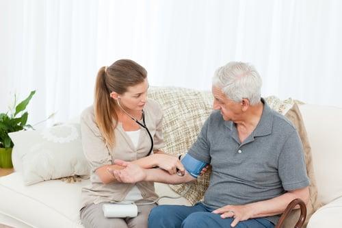 老人運動前,先進行健康檢查,了解自己的身體狀況