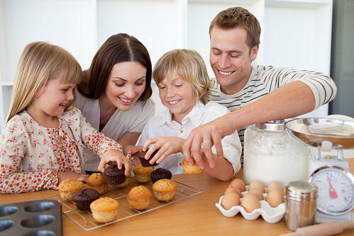 過年,真的是減肥族群的最大考驗!家裡堆滿了一大堆零嘴,有:糖果、果凍、巧克力派、鳳梨酥、花生糖…等,實在是很容易讓減肥計畫破功。到底在這想吃、又不想變胖的矛盾之間,如何管住嘴?掌握以下吃零食的8大原則,讓你滿足了口腹之慾、而且比較不容易發胖。