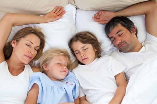 大腦杏仁核、腦島皮質…等部位過於活躍會影響情緒,放大焦慮的感覺,而睡眠不足就是啟動這些部位的關鍵!那麼睡多久才足夠呢?問自己的身體最準確,一般人睡6~8小時就有飽足感,但如果5~6小時就足夠支撐你一天的活動量,那也不需要硬睡滿8小時,避免帶來不必要的壓力。