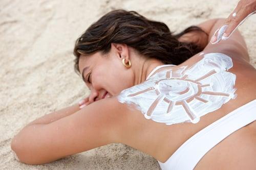 椰子油的防曬係數,只有SPF 4,等於是能阻擋75%的UVB,也就是能防止皮膚曬傷、曬紅,但椰子油不能阻擋UVA,也就是防止不了曬黑、皮膚老化的問題。這也是為什麼很多想曬黑、曬成古銅色肌膚的人,會選擇用椰子油達到助曬的效果,不過如果你不想變成黑炭、害怕皮膚曬黑的話,建議還是選擇防曬係數高一點的產品吧!