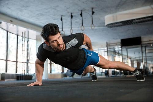 雖然HIIT運動是一種很好的燃脂和訓練肌耐力的方式,網路上有很多教學方式,但,不是每個人都可以「看影片」練。