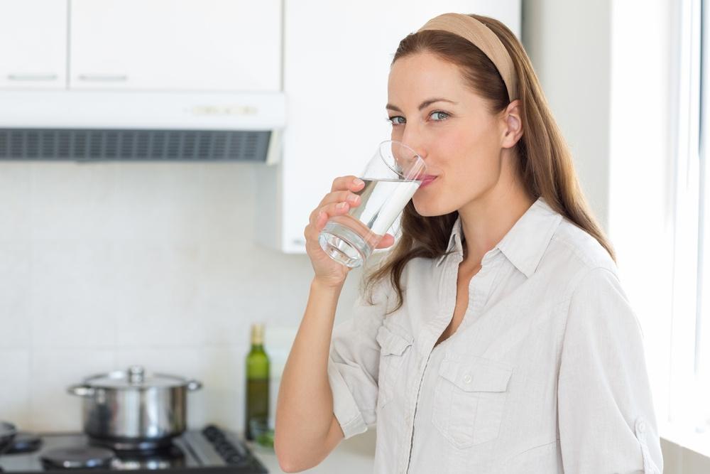 水喝的不夠,會因為腸胃道缺乏水分,而產生便秘
