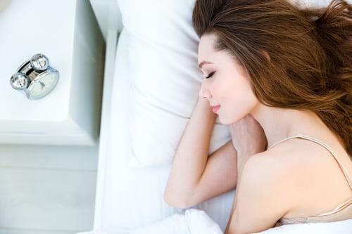 現代人工作壓力大,時常加班又熬夜,身體與精神狀態下都處於過度緊繃,導致睡眠不足,其實,這樣也會引起耳鳴的問題。