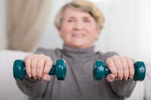 而開始重訓的第一步,一定要記得「循序漸進」這個原則。因為銀髮族,欠缺肌肉量、關節活動、平衡感、反應力,重訓時的訓練強度,「不能急」,啞鈴、槓片,最好從最輕的開始,待動作正確、適應重量後,再慢慢增加強度、組數,避免運動受傷。