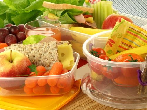 首先,把少吃日分成2餐:早餐午餐或早餐晚餐,而早上可以這麼吃:地瓜+豆漿+水煮蛋+蔬菜;午餐或晚餐則是:鮭魚+雜糧+蔬菜+低GI水果。另外,少吃日建議挑選平日,盡量別選容易狂歡、跑趴的周末日,否則會很容易減肥破功!