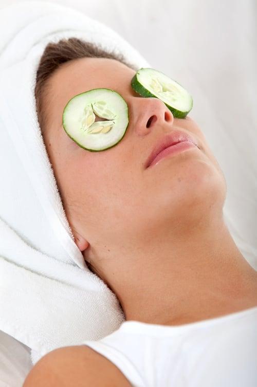 冰敷小黃瓜有效消除黑眼圈