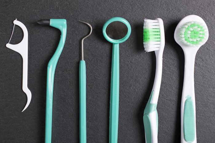 口臭自我檢視 使用牙線或牙間刷 聞牙線味道