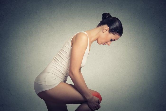 骨質疏鬆,幾乎沒有任何前兆,通常是不小心摔了一跤、發生骨折,才會發現骨質疏鬆症狀,又特別以手腕、大腿骨,更是脆弱!要如何保健預防?除了靠保健食品補鈣,養成這5個生活習慣,幫你改善骨骼品質、增加骨密度,延緩骨質疏鬆找上門的時間。