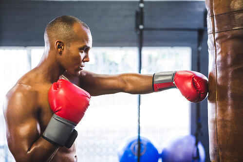 拳擊可以增強骨骼、減少骨質疏鬆症的發生。在拳擊時,以沙袋當作阻力,一次次的揮拳,快速、重複性動作,促使產生緊緻的肌肉,也建立強壯的骨骼和韌帶,尤其拳擊是全身性運動,可以鍛鍊到比較少練到的部位,例如背部,拳擊有助於改善圓肩問題,讓你的體現更好看。