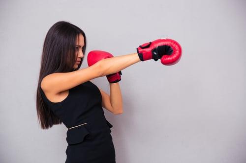 國際名模們,平時都做哪些運動來維持姣好身材?「拳擊」,就是其中一種。因為拳擊,屬於爆發力、全身性的高強度運動,打沒多久全身就開始飆汗,對於燃燒脂肪、心肺訓練、增強肌肉,都有很大幫助;而且揮拳、出手的過程,同時紓壓,絕對是身心兼顧的全方位運動!