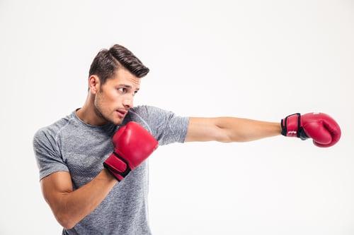 如果是要對打、防身,建議選擇拳擊,動作較精確、扎實,很強求每一個動作,畢竟站上格鬥擂台對打,不僅要有強大的專注力、手眼協調要快,每一拳都是重重的打擊出去,如果攻擊與防禦動作不標準,很容易受傷。所以要選擇拳擊還是拳擊有氧,就要看你的運動目的是哪一個了。