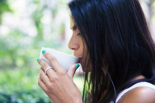 薄荷茶或甘菊茶,都有幫助消化、緩解胃痛的功能。