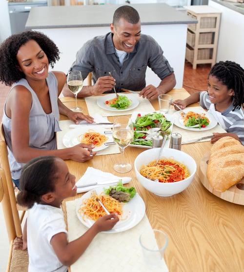 先從膳食纖維豐富的生菜沙拉下手,可以延緩血糖上升的速度,接著喝清湯增加飽足感,再來攝取肉類、海鮮最後才是義大利麵,盡量避免第一口就吃麵。