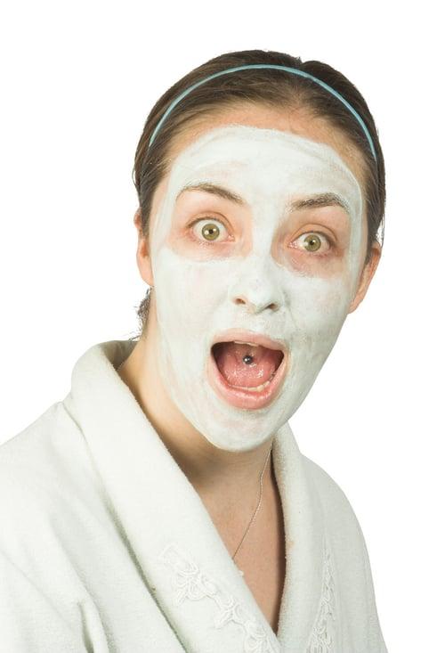 很多人總是嚮往韓妞吹彈可破的肌膚,以為面膜敷越多越久,就會變得跟她們一樣…千萬別這麼想。想要水潤保濕的「水光肌」,更要掌握保養時間,面膜敷太久,容易導致「反吸收」效果,讓臉部變乾,甚至超緊繃,一點都不水嫩。