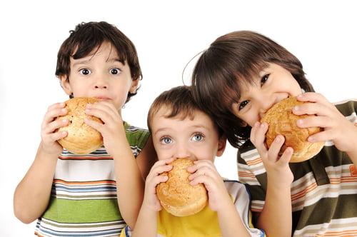 從坐下來的清光餐盤,只花不到20分鐘,代表你吃太快啦!不只容易吃更多導致變胖,還可能引發其他疾病,所以別再嫌棄吃飯吃得慢的朋友了,跟著他一起學會細嚼慢嚥,能獲得的優點可不少喔!