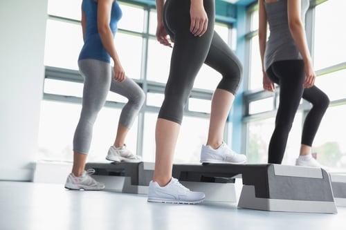 常跑健身房的人,一定有看過「階梯踏板」,但對於健身初學者來說,階梯踏板是什麼?為何需要靠階梯踏板來做有氧運動?事實上,階梯踏板不僅能增加運動強度,對燃脂也有很大幫助!
