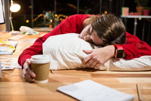 抗性澱粉是低GI食物,可以穩定血糖,也可以避免「吃飽就想睡」的困擾。而會發生昏昏欲睡的狀況,多半是因為攝取過多的澱粉醣類,血糖急速飆升、又接著回到低血糖的狀態,而這種血糖在作怪的忽高忽低,會讓人容易感到沒精神、愛睡覺,甚至罹患心臟病、中風的機率,也隨之提高!