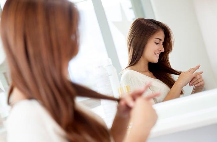 秋葵水,含有許多礦物質和維生素,可用於增加髮絲的光澤和強度