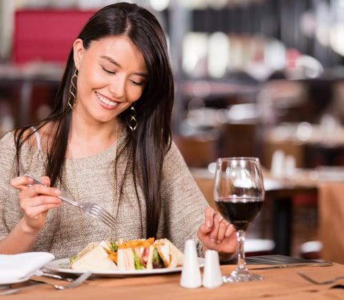 每次餓過頭,進食速度就會變快,有容易在不知不覺中吃下更多卡路里,更會對腸胃造成負擔;也有一些人餓到沒感覺,乾脆不吃當減肥,但要注意,長期下來可能會引發飢餓性胃痛!建議每餐定時定量,就算工作再多、事情再忙,吃飯皇帝大,為了身體健康還是先暫停一下,去覓食吧!
