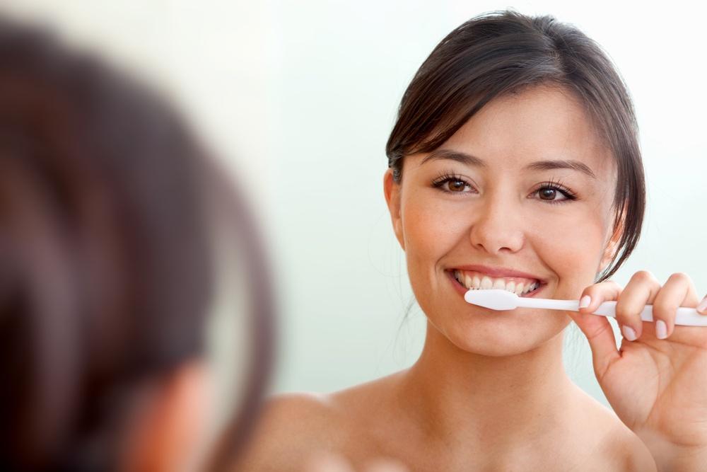 由於蜂蜜檸檬水是酸性飲料,容易造成琺瑯質被酸蝕,建議可以改為用吸管喝,以及多刷牙。