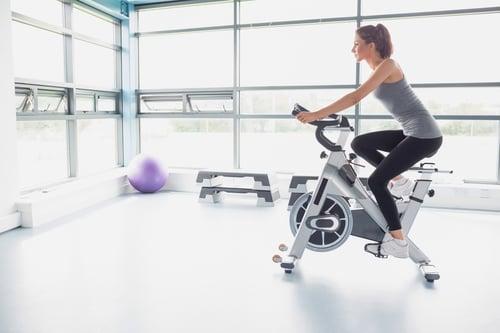 有些人,因為怕踩不到飛輪踏板,於是把座椅調很低,但當你飛輪座椅調得太低,會感覺很難踩踏板,並且降低你的速度,這對膝蓋會造成很大的壓力,反而容易受傷。解決方法,就是先站在飛輪座椅旁邊,看你的骨盆位置是否和座椅平行,調成一樣高以後,再坐上去飛輪,看看你的腳與板垂直時,膝蓋微彎就OK了。此外,座椅也別調太前面或太後面,身體容易駝背、聳肩,所以要調整適中位置,保持身體自然曲線。